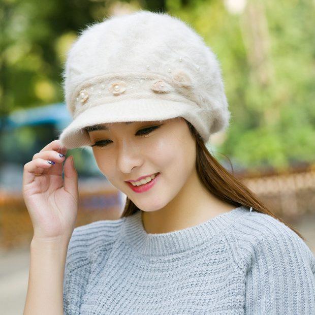 Модные зимние шапки в 2018 году: шапка с козырьком из меха светлая