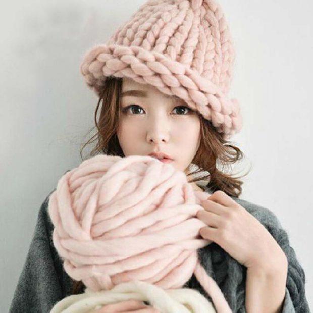 Модные зимние шапки в 2018 году: плюшевая шапка вязка крупная розовая