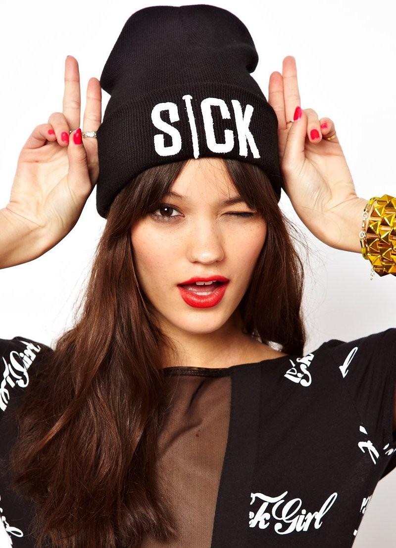 Модные зимние шапки в 2018 году: шапка с надписями черная оверсайз