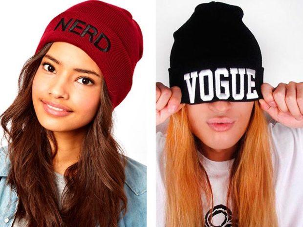 Модные зимние шапки в 2018 году: шапки с надписями бордовая черная