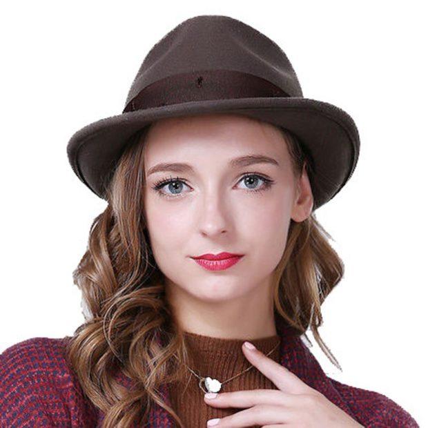 Модные зимние шапки в 2019-2020 году: шляпа с полями и лентой коричневая