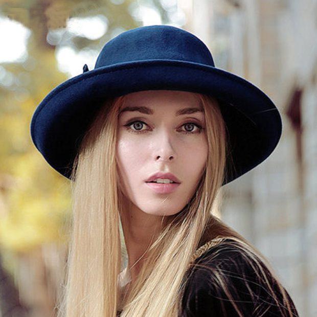 Модные зимние шапки в 2019-2020 году: шляпа с полями синя с цветком