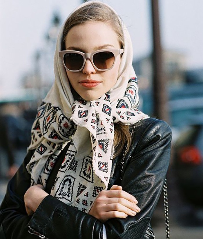 Модные зимние шапки в 2018 году: платок белый в орнамент