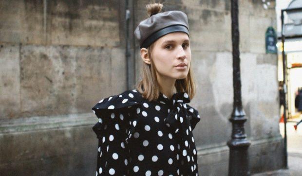 Модные зимние шапки в 2018 году: кожаный берет с бумбоном
