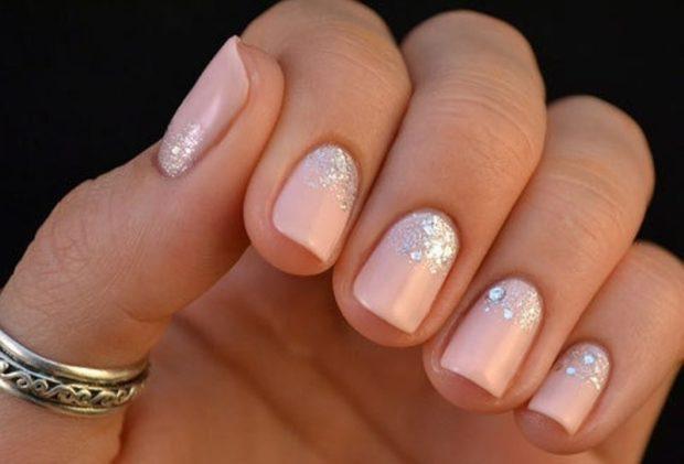 Новогодний маникюр 2020 года: светлые ногти с серебристыми блестками