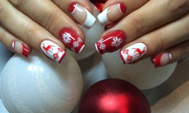 Новогодний маникюр 2020: красный с белым олени снежинки