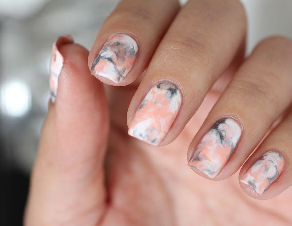 Золотые ногти с росписью