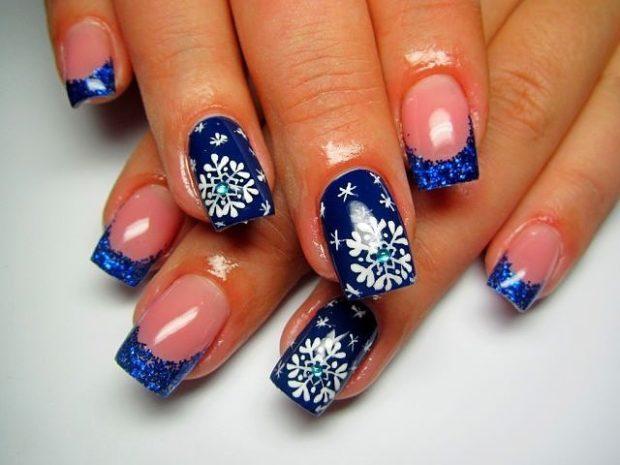 Новогодний маникюр 2018: синие ногти снежинки