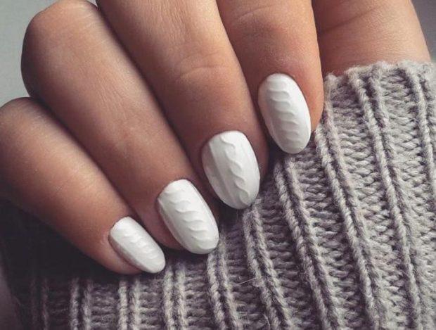 новогодний дизайн ногтей 2018: белая вязка плоская