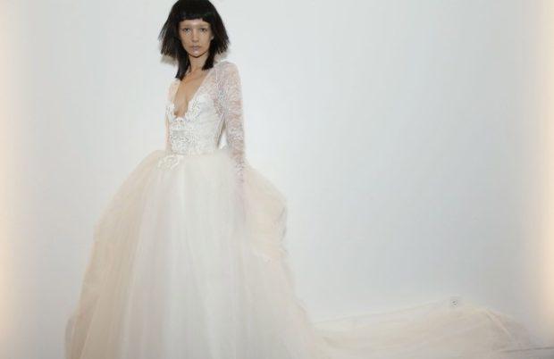 Коллекция свадебных платьев Vera Wang Spring/Summer 2018 года: белое пышная юбка гипюровые рукава