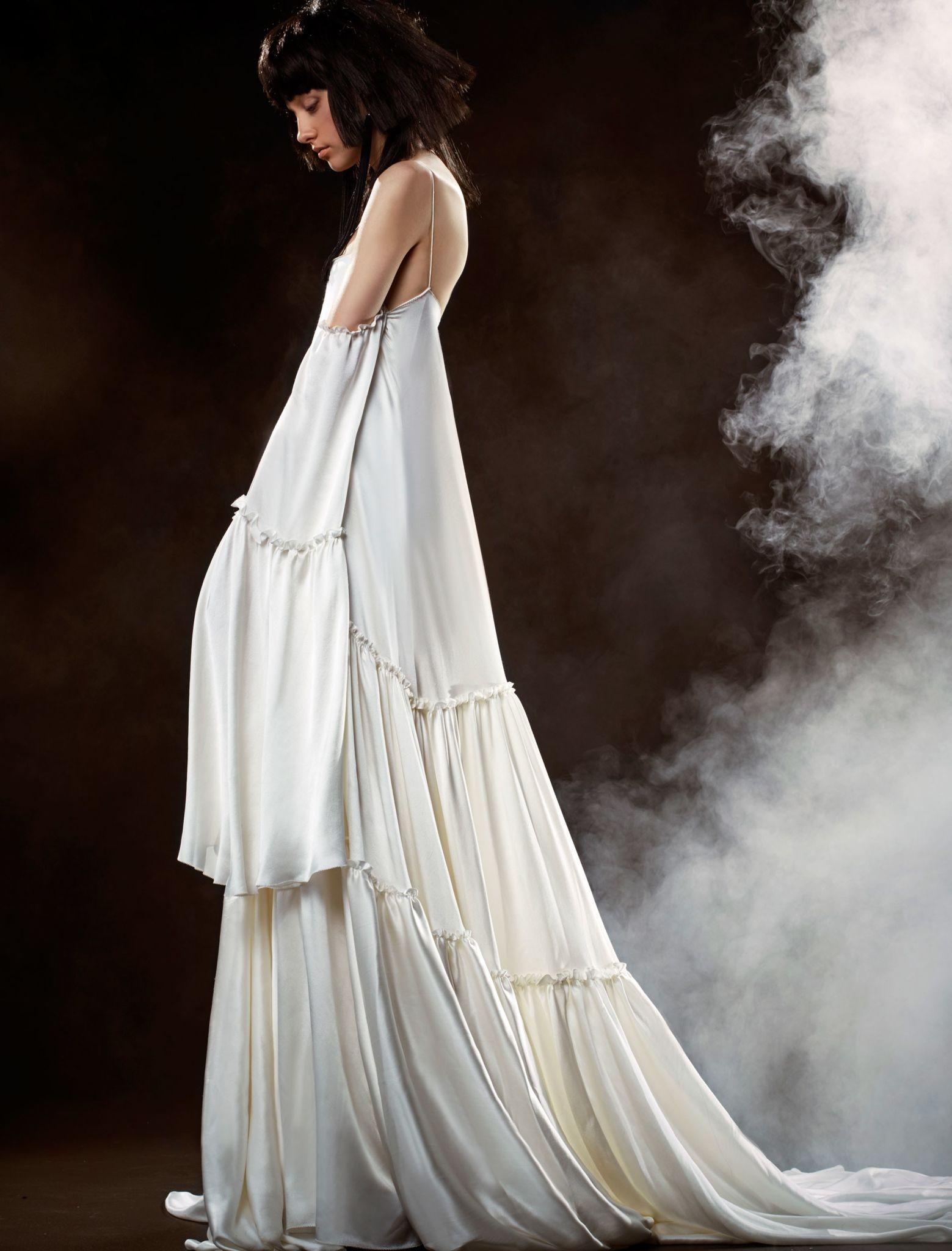 Коллекция свадебных платьев Vera Wang Spring/Summer 2018 года: платье с воланами открытые плечи