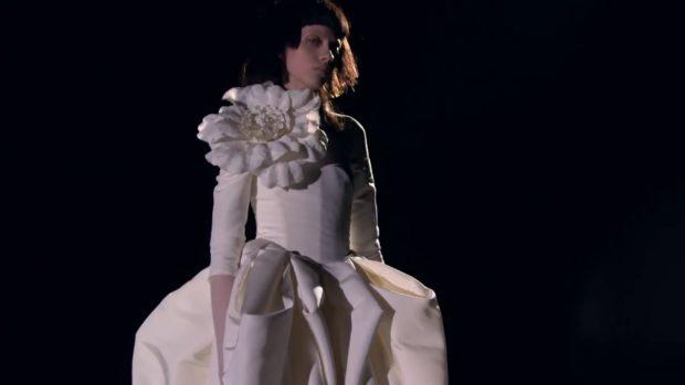 Коллекция свадебных платьев Vera Wang Spring/Summer 2018 года: платье с цветком пышная юбка
