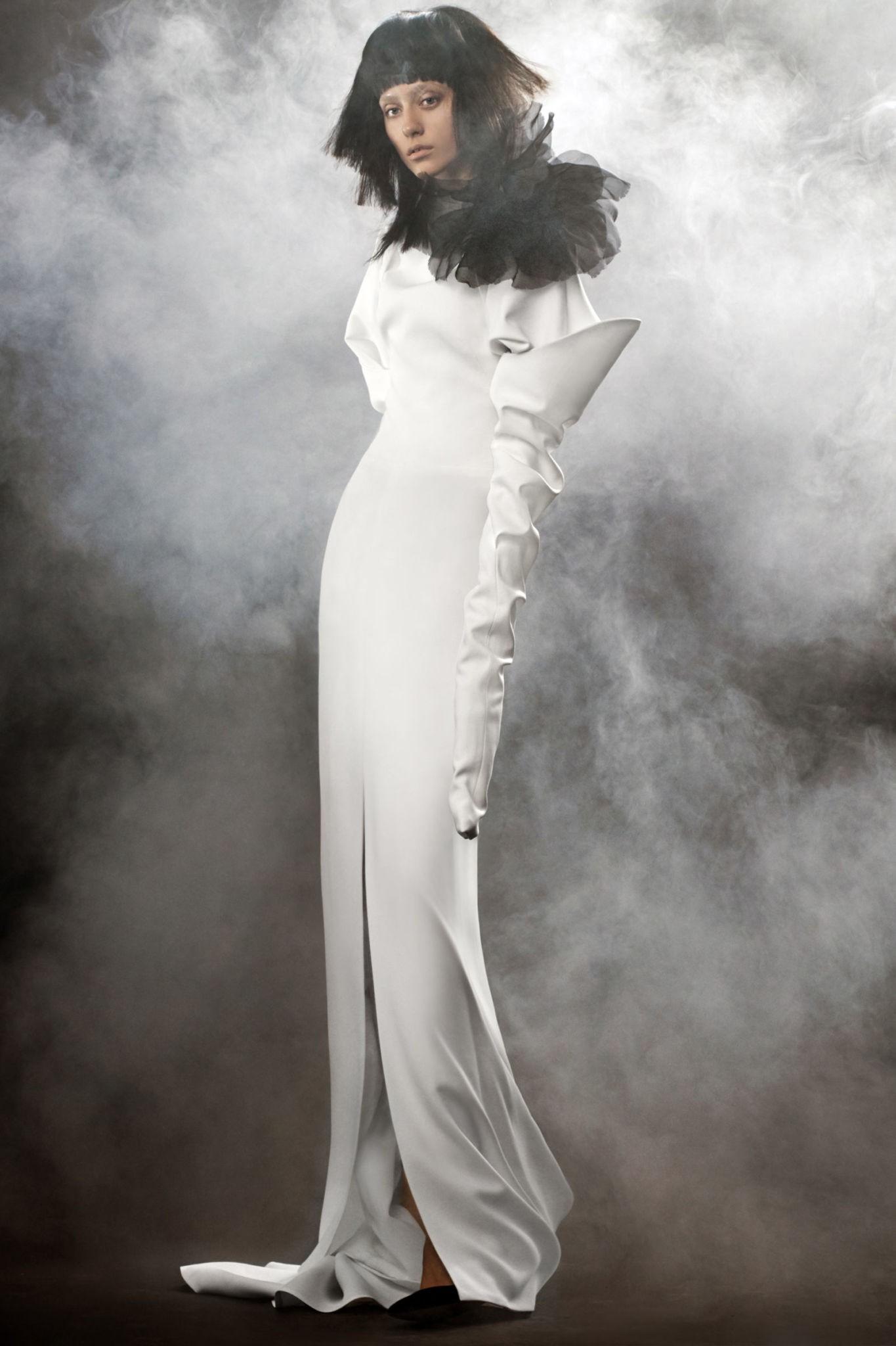 Коллекция свадебных платьев Vera Wang Spring/Summer 2018 года:The Claude белое с цветком черным