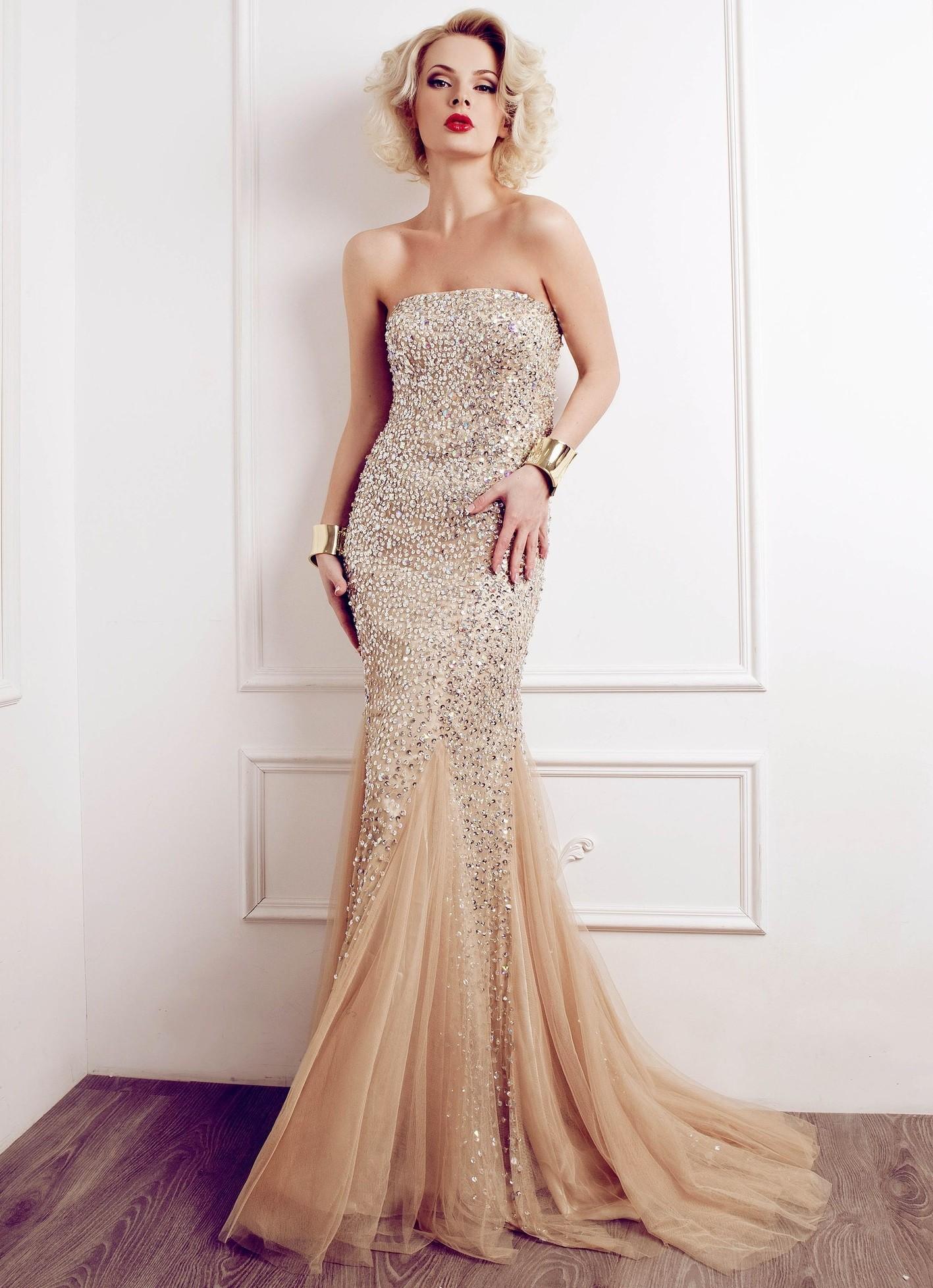 в чем встречать новый год 2018: платье цветом шампанского с камнями