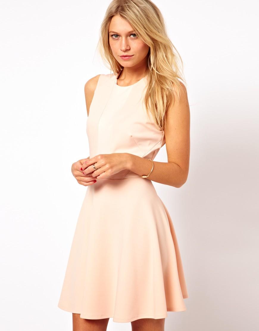в чем встречать новый год 2018: платье молочного цвета короткое без рукава