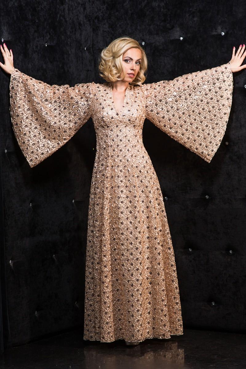 вечерние платья на новый год: платье в пол рукава широкие