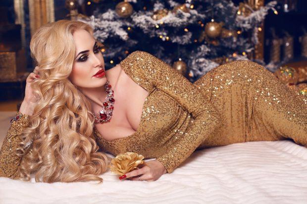 вечерние платья на новый год: золотое в паетки с декольте