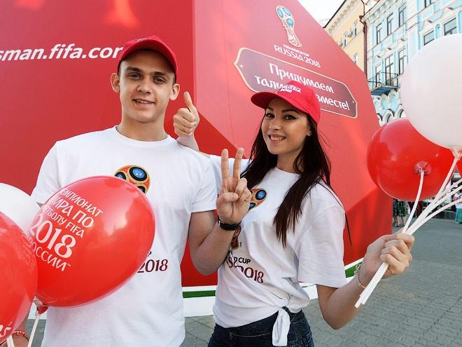 Смотреть Смотри! Волонтеры на Чемпионат мира по футболу 2019 года в России: как стать, обзор видео