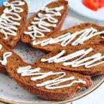 Бутерброд «классический со шпротами и сыром брынза»