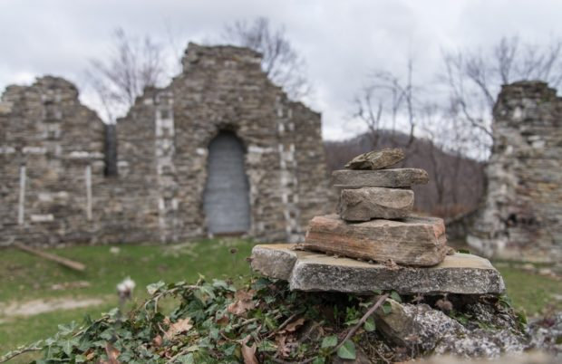 Развалины старинного храма Лоо