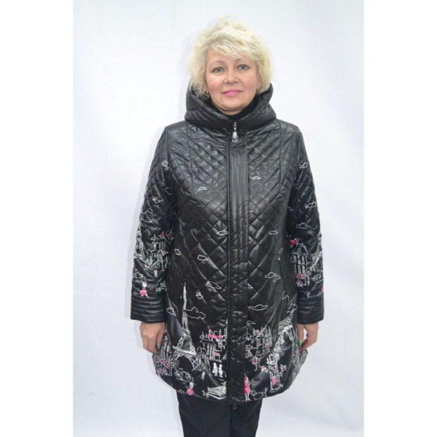 куртки весна 2019 для полных: черная стеганая с принтом
