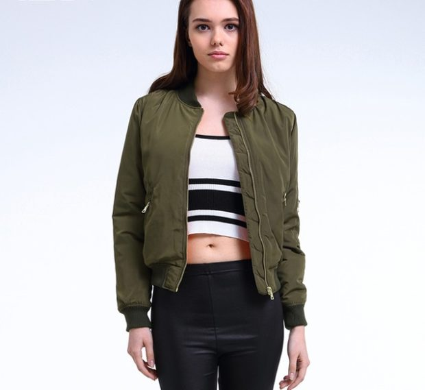 куртка-бомбер зеленая короткая