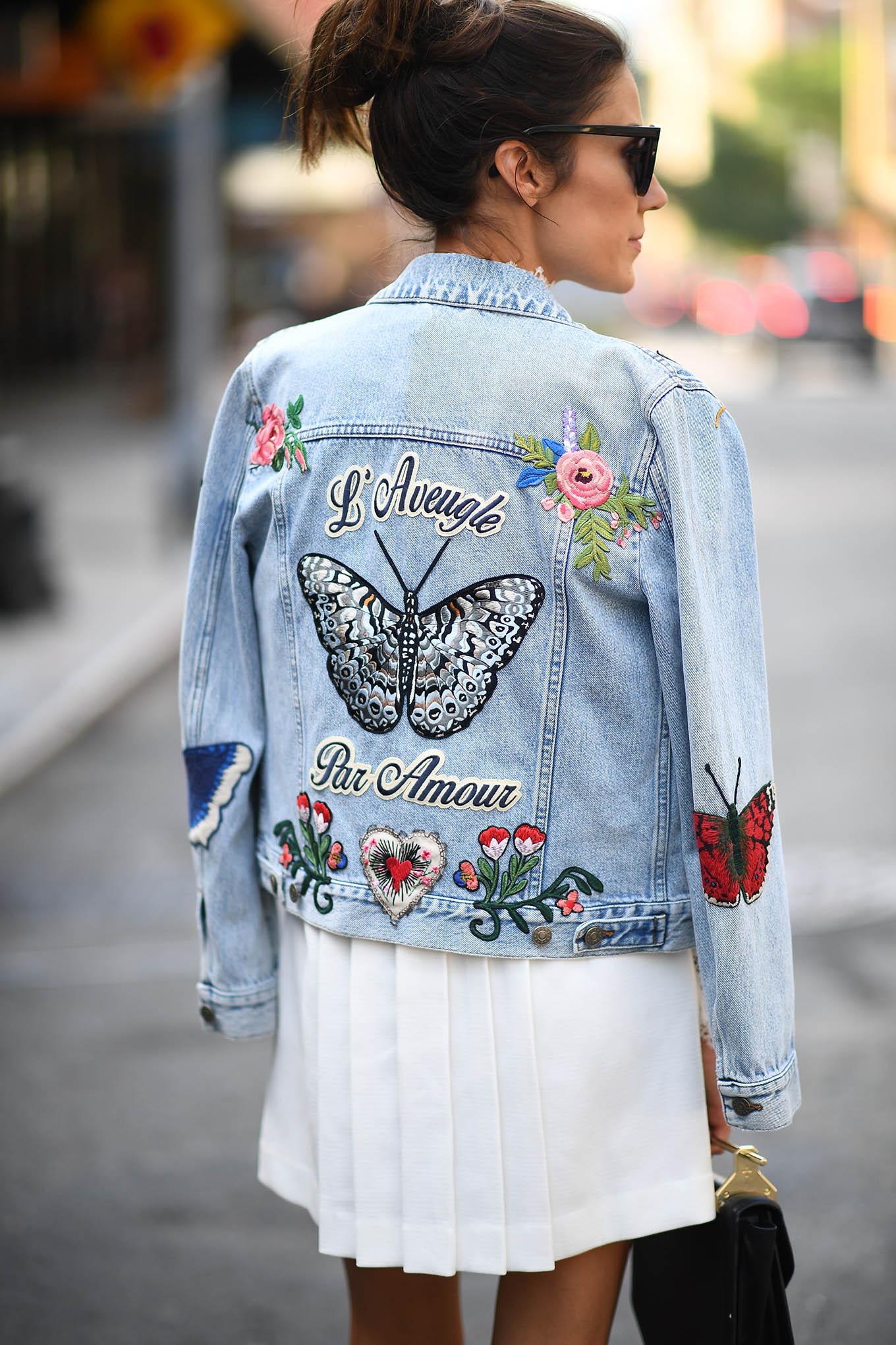 джинсовая куртка голубая с нашивками и вышивками