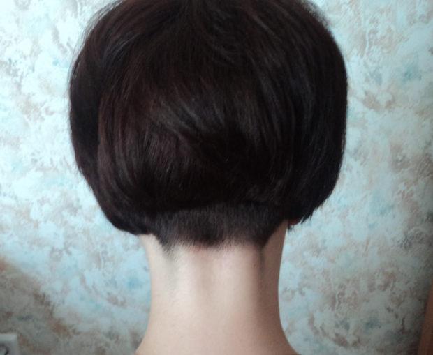 Стрижка каре на ножке на короткие волосы вида сзади
