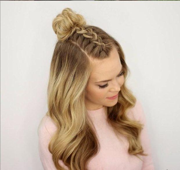 легкие прически: коса по центру головы с небрежным пучком