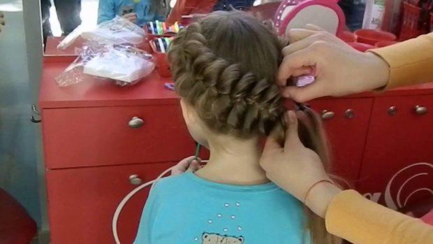 красивые и легкие прически: коса боковая внизу