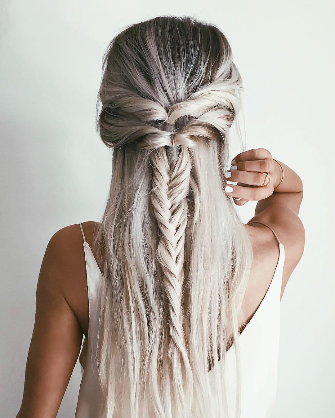 красивые и легкие прически: коса на распущенных волосах