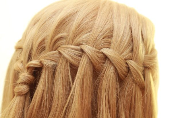 легкие прически: мягкая коса на распущенных волосах