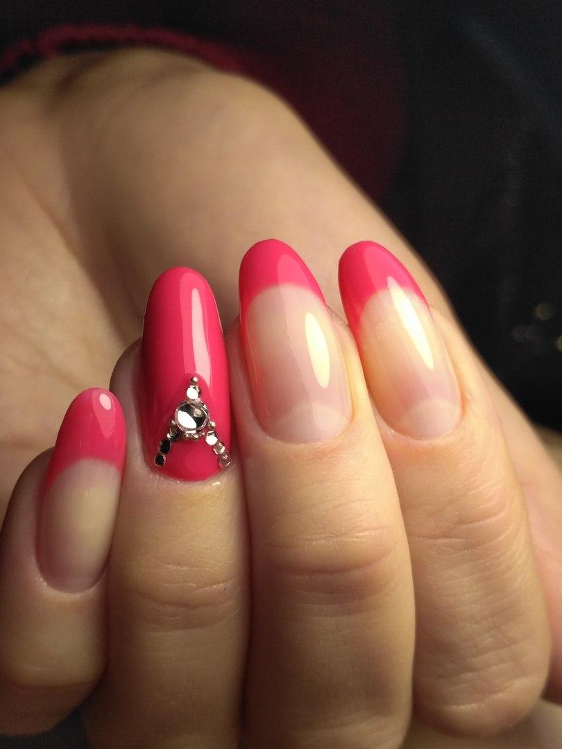 весенний маникюр 2019 года: форма ногтей овал френч розовый с камушками