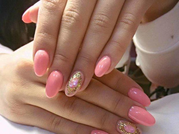 весенний маникюр 2019 года: форма ногтей овал розовый с камушками