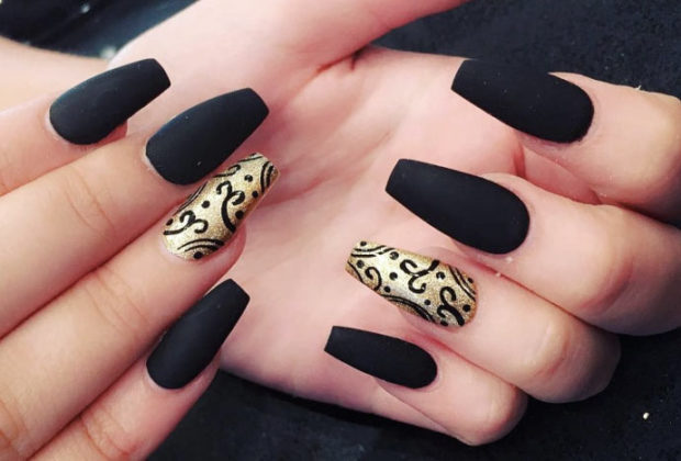 весенний маникюр 2019 года: форма ногтей пуант черные с золотом