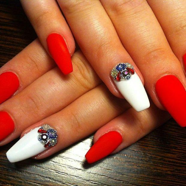 весенний маникюр 2019 года: форма ногтей пуант красные белые с камушками