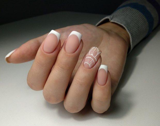 весенний маникюр 2019 фото: френч классический один палец с узором