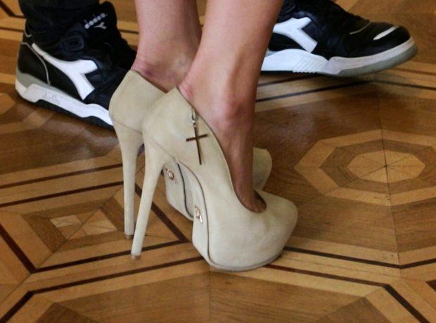 лабутены туфли: бежевые замшевые с декором