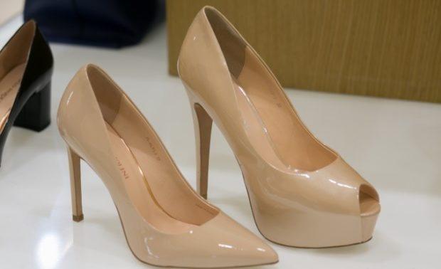 туфли лабутены фото: бежевые лаковые с острым носком с открытыми пальцами