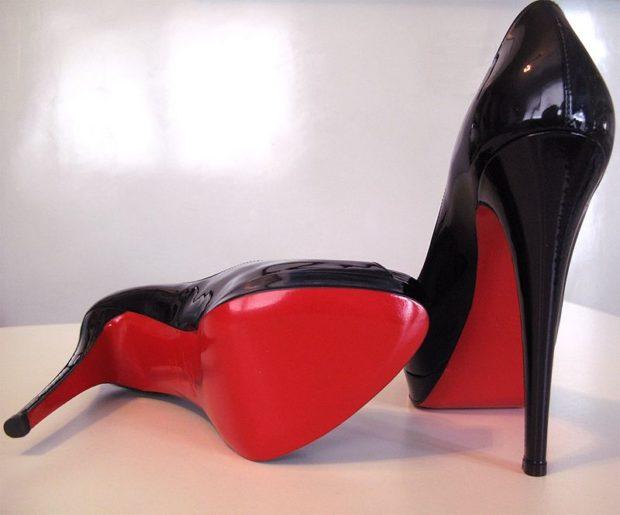 лабутены туфли фото: черные лаковые острый носок