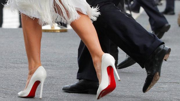 лабутены туфли фото: белые острый носок