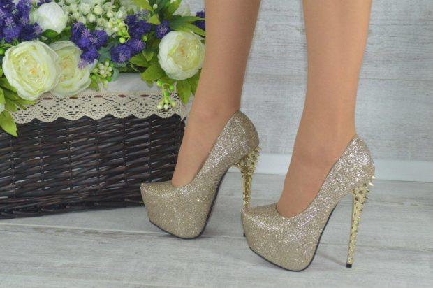 лабутены туфли фото: золотые каблук с шипами
