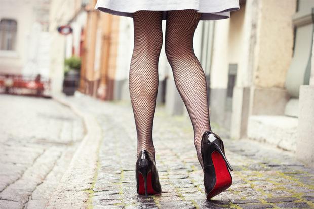 туфли кристиан лабутен: черные лаковые под юбку и колготки в сетку