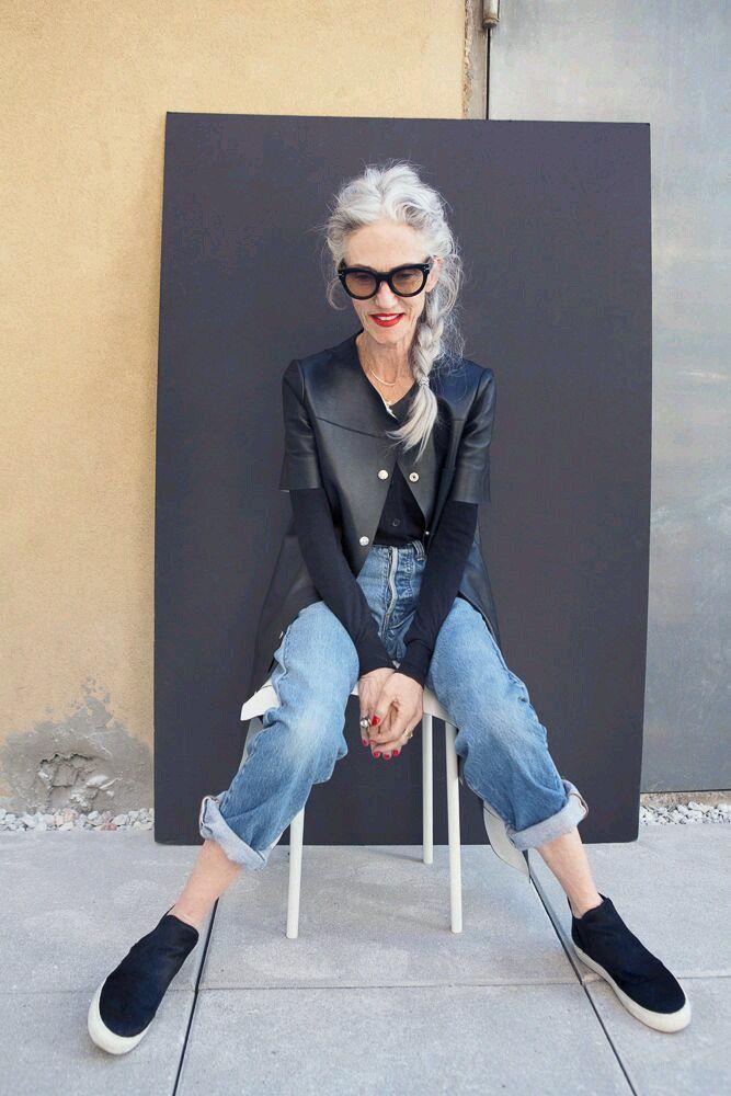 мода весна лето кому за 50: короткие джинсы под косуху и кеды черного цвета