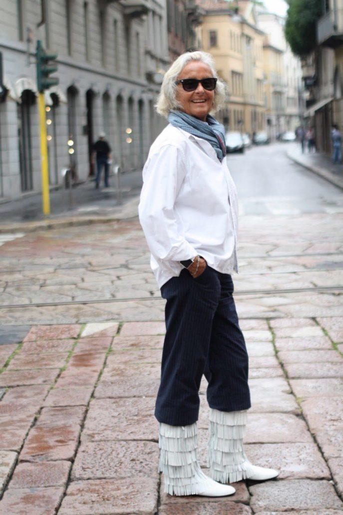 мода весна лето кому за 50: синие штаны ветровка белая