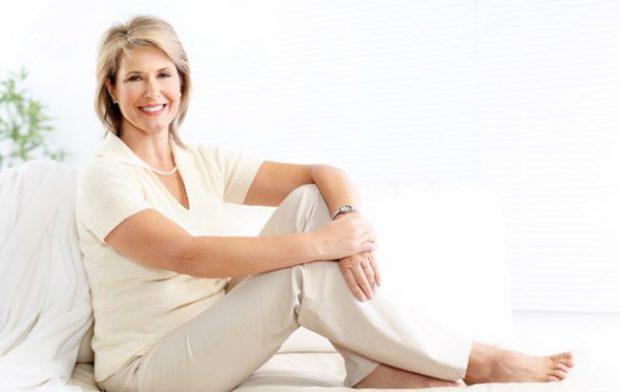 мода весна лето кому за 50: светлые брюки под футболку светлую