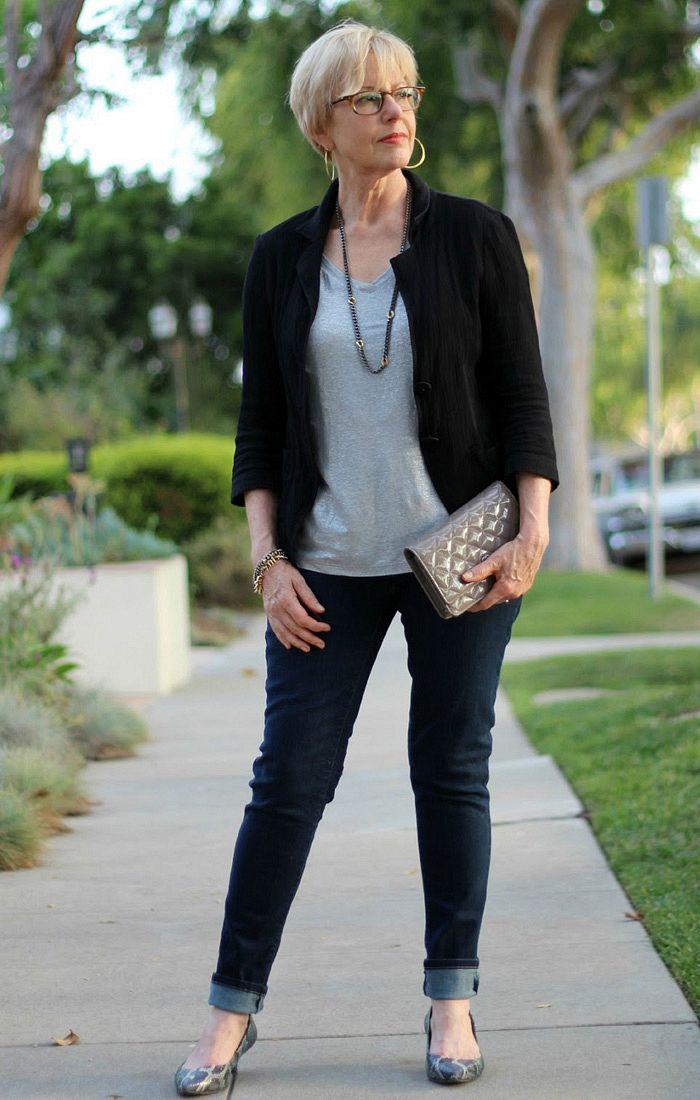 мода весна лето кому за 50: синие джинсы под черный жакет