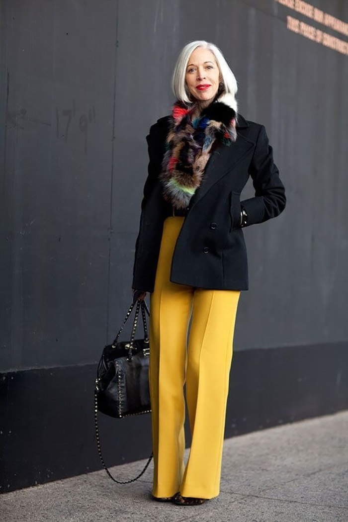мода весна лето после 50: желтые брюки под пальто черное