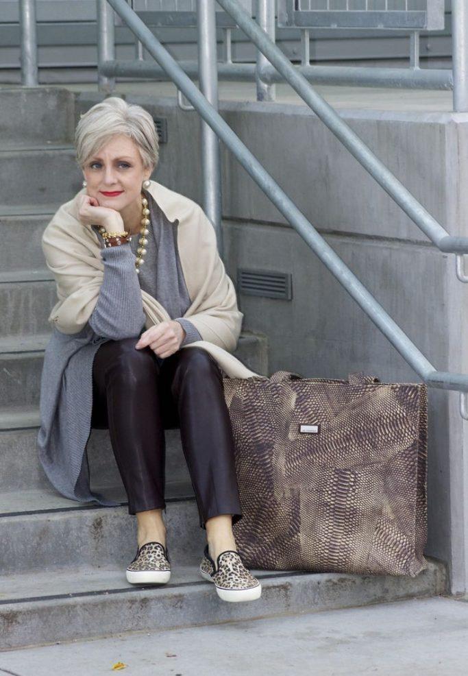 мода весна лето после 50: черные короткие брюки под пальто бежевое