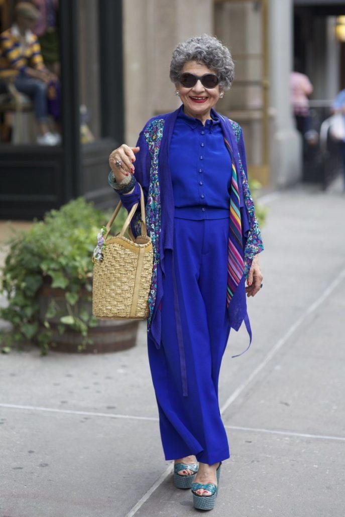 мода весна лето кому за 50: синий брючный костюм